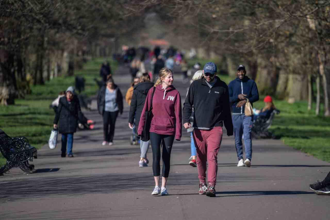 gente a passeggio